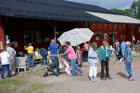 GODT BESØKT gårdstun. Folk stimlet sammen rundt salgbodene under Åpen gård på Renskaug vertsgård søndag. (Foto: Stein Styve)