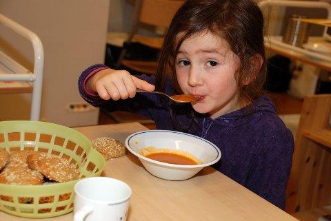 MMMM! Tomatsuppen var god, synes Elena Reppesgård (5). Så er da også tomatsuppen laget av ferske, saftige tomater.