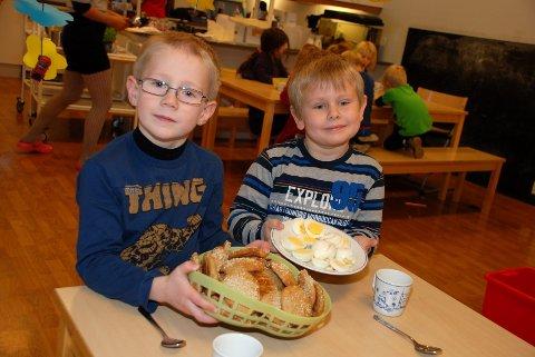 Barna i Utsikten barnehage kommer ikke til «duk og dekket bord». De må selv hjelpe til under måltidene. Det synes Oskar Nøland og Daniel A. Mikaelsen er helt greit.