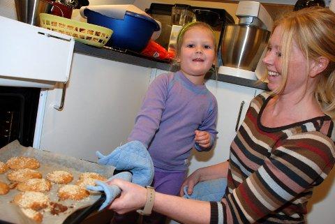 LUKTER GODT. Adele Rosseland Kristiansen (4) hjelper pedagogisk leder, Karina Steen, med å ta nystekte rundstykker ut av ovnen.