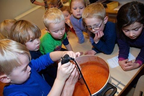 ER SUPPA SNART KLAR? Vi er litt sultne. Barna i Utsikten følger spent med på den siste omrøringen av den hjemmelagde tomatsuppa.