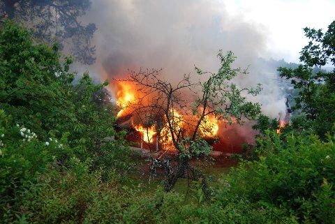 Full fyr: Det brant heftig fra huset. Foto: Knut Jacob Jakobsen