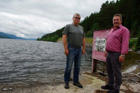 STOLTE: Nordvald Illevold, (t.h.), og Geir Byggstøyl er stolte over 100-åringen.Foto: TOR STRØMSMOEN