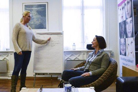 Kristin Koldstad (t.v.) og Vivi Skreppedal jobber som veiledere ved Amathea.