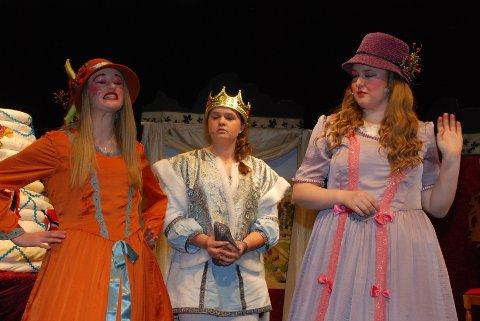 STESØSTRENE prøver febrilsk å innynde seg hos prinsen, men han lar seg tydeligvis ikke overbevise. Fra venstre: Lisa Fredsvik Skei (Tutta), Anne Eline Nærstad (Prinsen), Maren Gilhuus (Mathilde).