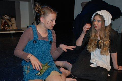 ASKEPOTT og Lillemus-mei er kommet hjem etter slottsballet og drømmer om prinsen og slottsrotta. Andrine Golmen (Askepott) og Marie Haverstad Torgersen (Lillemus-mei).