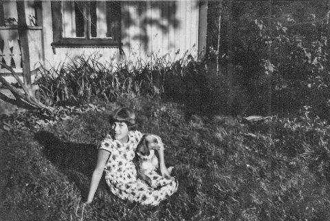 Grethe Slevigen som ung pike hjemme på Granerud. Hun er oppvokst der sammen med fire søsken. - Granerud var et paradis for oss unger, sier Grethe når hun tenker tilbake.  (Foto: Privat)