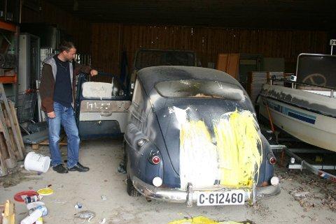 Det er klinet masse maling rundt på veteranbilen, setene er ødelagt og nå frykter eierne at den ikke lar seg reparere. Foto: Hege Krogseth, Vestby Avis