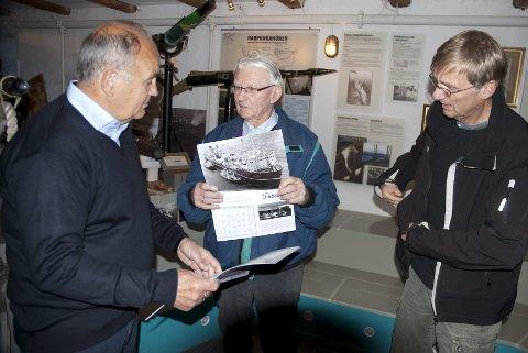 GLØDER: Stein Engh (til venstre), Norvald Fuglestrand og Erik Evensen er ivrige medlemmer av Øyas Venner, som jobber for å holde minnene om hvalfangstepoken i hevd. 2015-kalenderen er enda et bidrag til det. Foto: Lars Døvle Larssen