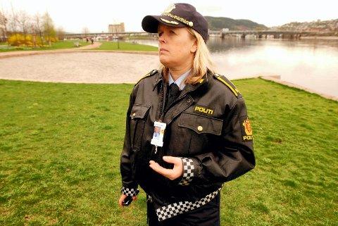 FØLG MED: Kari Benjaminsen ved politiet oppfordrer foreldre og foresatte til å følge med. – Hvordan oppbevarer du alkoholden hjemme, spør Benjaminsen.FOTO: ARILD R. HANSEN