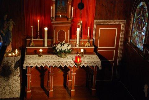 ALTERET: Har stått uendret i 100 år. I skapet, eller tabernaklet, oppbevares hostien, nattverdbrødet, til bruk under messer. Det røde lyset som brenner i forgrunnen symboliserer at Jesus er til stede.
