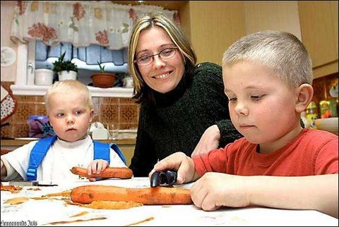 KAN SELV: Emmanuel (to og et halvt år) til venstre, og Gregor (fem og et halvt) kan skrelle gulrøtter selv. Mamma Margit Vea jobber for å lære dem matglede.