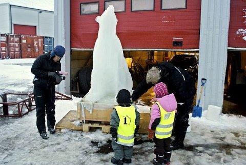 DAGSREVYEN: Her har Olaf Storø besøk av både et filmteam fra NRK Dagsrevyen og nysgjerrige barn som vil hilse på Trude i Longyearbyen. Foto: Privat