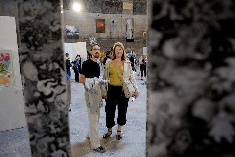 <b>IMPONERT. </b>Lars og Daina Gundersen er imponert over slambassenget som utstillingslokale, og mener både betongveggene og akustikken bidrar til kunstopplevelsen. De var to av mer enn 800 besøkende søndag. FOTO: PER ARNE JUVANG