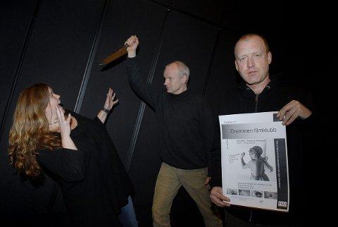 """grøss og gru. Astrid Kristiansen (f.v.), Kjartan Røiseland og Kristian Klausen er alle med i styret i Drammen Filmklubb. Nå ser de fram til sesongens aller første film tirsdag kveld, nemlig Hitchcocks """"Psycho"""". Trond Brønmo er også med i styret, men var ikke til stede da bildet ble tatt. Foto: Per Arne Juvang"""