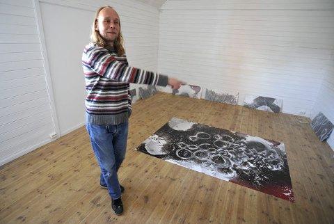 SLUTT: I april viste fotografen Eskild Johansen frem sine verker i Galleri Texas. I 2010 er det slutt for Galleri Texas i Ås stasjon. FOTO: AMUND LÅGBU