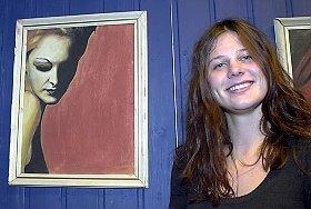 Lene Kristine Pedersen (21) stilte lørdag ut enkelte malerier på Akkerhaugen Rockesamfunn. Hun synger også i rockegruppa Spex. Til Telen forteller hun at hun ser rock og maling som to forskjellige måter å uttrykke seg på.