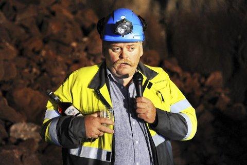SKJENKET: Byggeleder Odd  Johansen var den som skjenket den aller første drammen til en medgjørlig fjelltype i Frodeåsen. Tunnelen er drevet uten skader. Foto: Harald Strømnæs