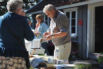 Dag Guttormsen både svarte på spørsmål om sopp og serverte soppsuppe. FOTO: KAY OLAV WINTHER D.E.