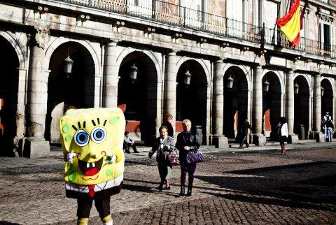 Plaza Mayor kan by på vakre bygninger med håndmalte fresker, krydret med tiggere i alle slags varianter og utkledninger.