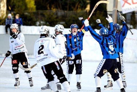 Magnus Høgevold brøler ut sin glede etter å ha scoret i finalen for Stabæk. Petter Løyning (nummer 6) er på vei for å gratulere.