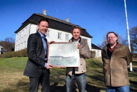 Her på Torderød gård, skal originalen som ordfører Tage Pettersen og Haakon Hattevig holder, snart erstatte kopien som henger på veggen i skotteværelset. Det er både Hattevig, Arnulf Johannessen (til høyre) og ordfører Tage Pettersen glade for.