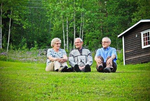 GODE VENNER: Rikard Grutle fra Bømlo (midten) kommer til Røisland camping hver sommer, slik han har gjort i over 30 år. Her sitter han i sin uvdalsgenser, sammen med Sigrid og Ingvar Skarestad.