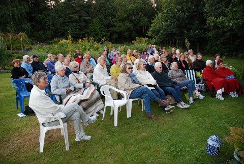 Anne Sofie Larsen (nærmest) og over 50 tilskuere nøt skumringskonserten i Urtehagen lørdag kveld.