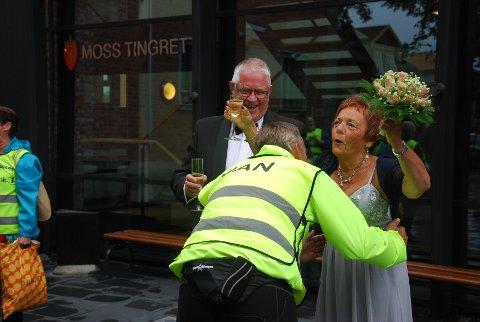 Jan Ellefsen spurtet innom for å overbringe sine lykkeønskninger til  Terje Johann Aasgaard og Marit Rigmor Iversen.
