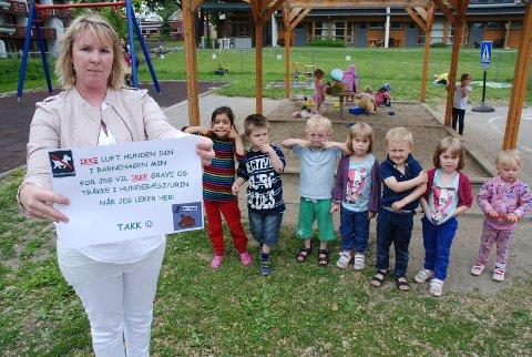 Fagansvarlig Cecilie Andreassen og barna i Melløsparken barnehage er lei av å finne hundebæsj i sandkassen.