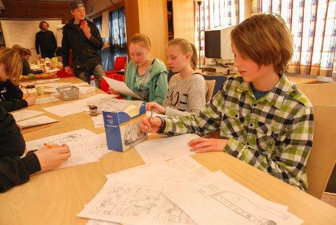 Vetle Roos Mangrud på tegneseriekurs på Tune bibliotek.