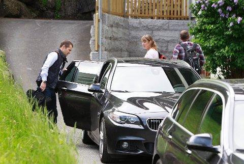 RANSAKET: PST var på plass i Bærum for å ransake boligen til de terrormistenkte brødrene.