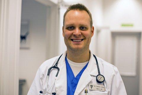 Eric N. Henrichsen er veterinær og jobber i besetningen til SAS. Han oppfordrer de som vil reise med hund og katt til å vende dyret til buret for reisen.