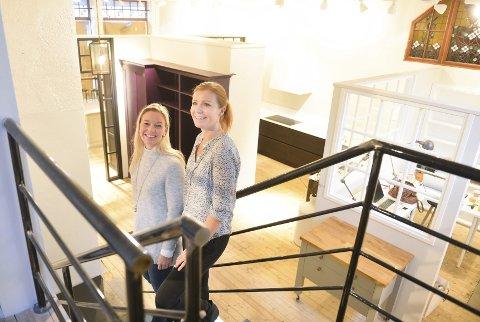 Line Indrebø (til venstre) og Elisabeth Bjune har etablert Kvänum Kjøkkenstudio i Tønsberg sentrum hvor de også selger fliser og garderobemøbler.