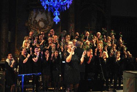 Drammen Internasjonale gospelkor hyllet frivillighet og Utøya-ofre med røde roser i Kongsberg Kirke onsdag kveld.