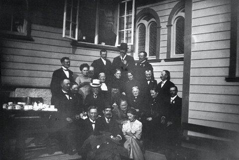 INNVIELSEN: Dette bildet er tatt i 1923, under innvielsen av novisiatet på Villa St. Hallvard i Sylling. I over 30 år fikk St. Fransiskus-søstrene sin opplæring her. (Foto: Fra Lier historielags bildesamling).