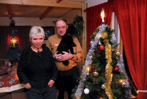 Anne-Lise og Thor Ødegård fra Moelv feirer hele jula i ekteparets campingvogn i Brumunddal. Juletreet kom på plass allerede onsdag kveld. (Foto: Ole Ludvig Rosenborg).