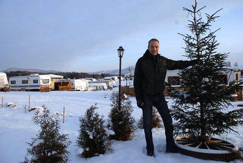 Jørn Ødegården ved Mjøsa Ferie og Fritid sier at ekteparet fra Moelv er de eneste gjestene julekvelden, men at flere vogneiere ankommer i romjula. (Foto: Gaute Freng).