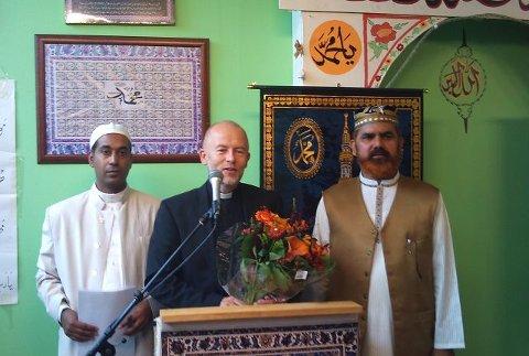 Ivar Flaten (i midten) sammen med Noor Ahmad Noor (t.h.) og Mohammad Jonas (t.v.) under en feiring av Eid Bayram.