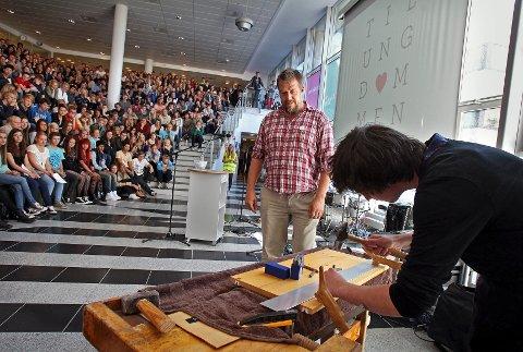 Lærer Lars Havstam og elev Andreas Kase var på kurs for å lære hvordan de setter sitt merke på tidskapselen. Her markerer Kase ordet «håp».