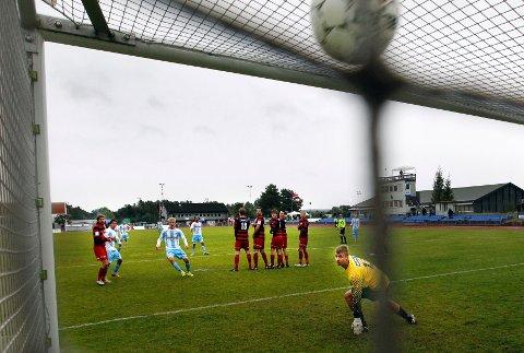 Eirik Markegård skrur ballen opp i krysset, og 6-0 til Follo.