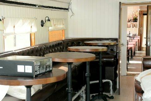 Med den høye sofaen og ståbordene langs den ene togveggen, virker vognen større enn den gjorde før.