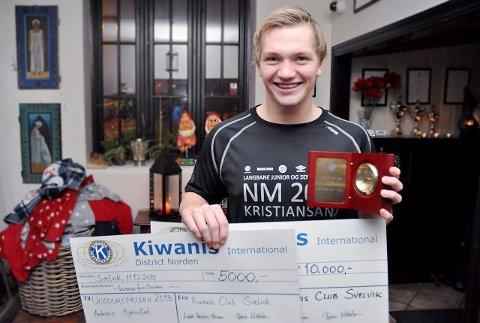 MER TRENING: Med to sjekker fra Kiwanis på til sammen 15 000 kroner kan Andreas Bjørnstad satse enda hardere på svømming.