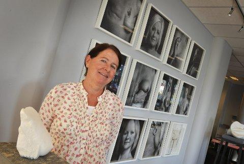 Turid Gyllenhammar viser utstillingen «Menneskeverd og kvinneverd» på Atelier Gyllenhammar på Kaldnes fram til 8. oktober. Marmorbrystet i forgrunnen skal auksjoneres bort til inntekt for Rosa sløyfe-aksjonen.