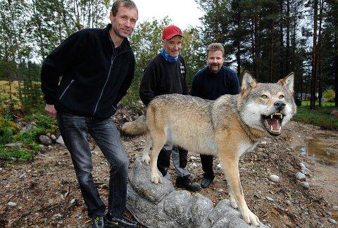 Roar Kløvstad (til venstre), sammen med ulven som lurte ham og spøkens opphavsmenn Audung Eggset og Per Arild Aas.