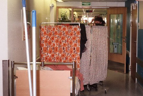 Pasienter ligger i korridorer og på alle ledige rom. Sykehuset Østfold i Fredrikstad har i øyeblikket ikke plass til flere pasienter, annet enn akutte tilfeller.