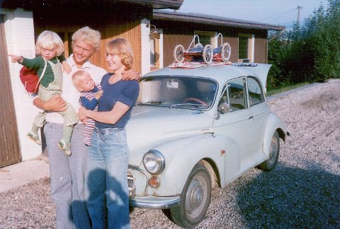 TILBAKE I NORGE: Foreldrene mine er lykkelige over å endelig ha kommet til Norge. Vi bodde i København og bildet er tatt etter at vi har kjørt gjennom Sverige i en lånt bil som kokte og stoppet en gang i timen. Vi står her utenfor min mormor og morfars hus. FOTO: PRIVAT