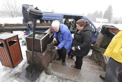En hjelpende hånd: Vigbjørn Forøy får en hjelpende hånd av Eva K. Sjöstedt.