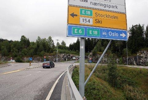 BOM PENGER: – Vegvesenets alternativer så langt antyder at det må betales bompenger for å kjøre på lokalveier i Ås, fordi de tror disse vil bli belastet av bilister som vil unngå bommene på E18, skriver innsenderne.