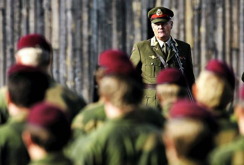 MEDALJESEREMONI: Forsvarssjef Harald Sunde dekorerte i går norske spesialsoldater som har vært i Kabul siden mars 2007. Hedringen skjedde i Rena Leir.